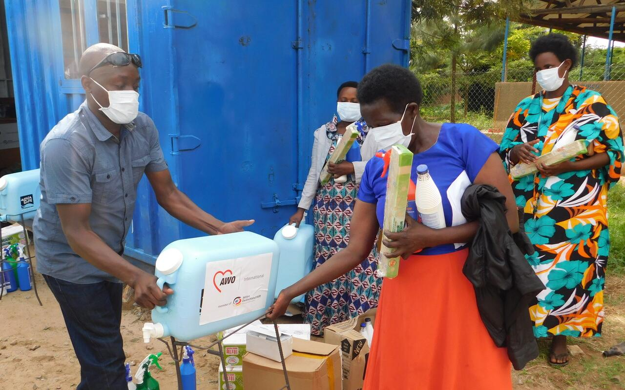 Our partner organisation COVOID distributing hygiene material in the Nakivale refugee camp (Photo: AWO International)