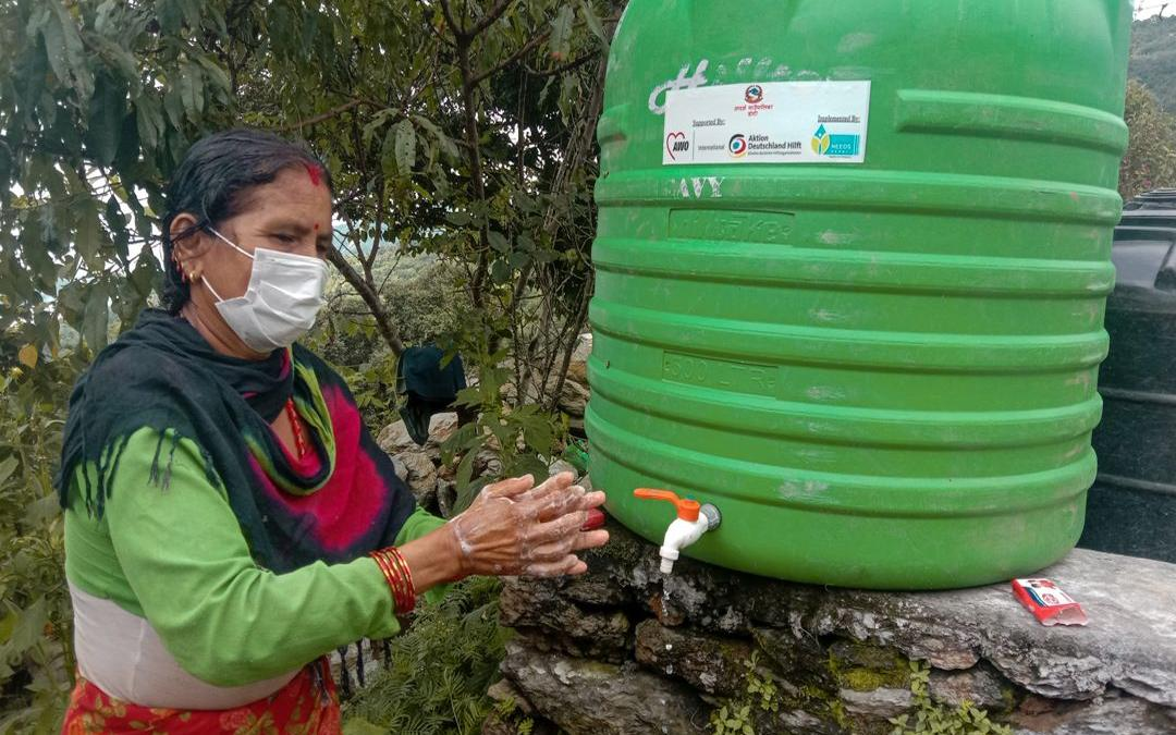 To protect arriving migrants from corona, we distribute protective masks at border crossings and set up hand washing stations (Photo: AWO International/Needs/Nepal)