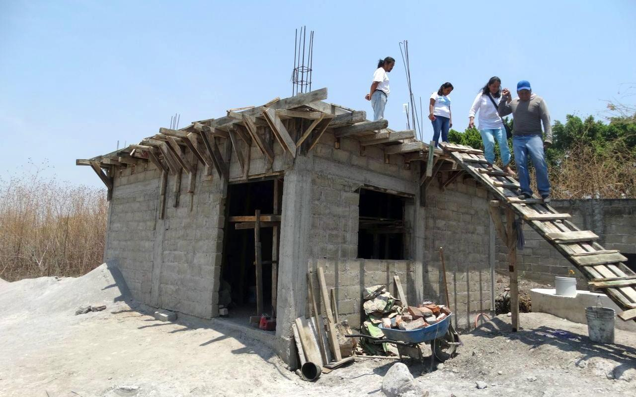 Even two years after the earthquake, thousands of houses are still badly damaged and have to be rebuilt. (Photo: AWO International)