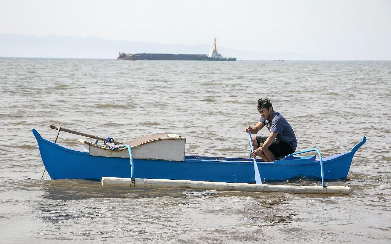 The boat, with which Norbhen Costańo goes out, is rented. One day's catch is barely enough to feed his family. (Photo: Mark Henry/AWO International)