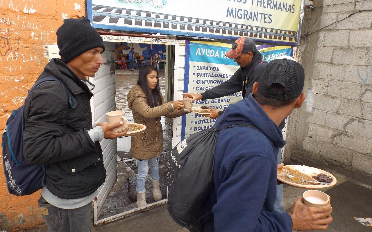 Migrants in transit are provided with a warm meal by the hostel La Sagrada Familia (Photo: UMUN)